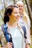 2 молодой женщины hiking outdoors стоковое фото rf