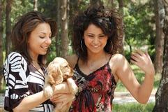 2 молодые женщины и собаки Стоковое Фото