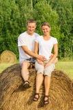 2 молодых любовника на haystack Стоковое Фото
