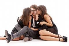 2 молодых привлекательных женщины целуя человека Стоковое Изображение RF