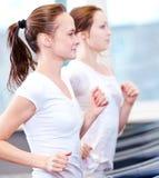 2 молодых sporty женщины, котор побежали на машине Стоковая Фотография RF