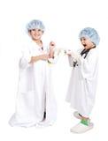 2 очень милых дет в белых одеждах стационара Стоковое фото RF