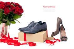 2 пары женских и мыжских ботинок и пук r Стоковое фото RF