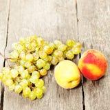 2 персики и виноградины Стоковые Изображения RF