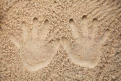 2 печати руки в песке Стоковые Изображения RF
