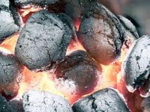 2 пламени угля близких smoldering вверх по взгляду Стоковая Фотография