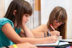 2 подростка делая домашнюю работу. Стоковые Фотографии RF