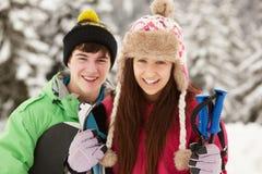 2 подростка на празднике лыжи в горах Стоковые Фото
