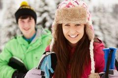 2 подростка на празднике лыжи в горах Стоковое Изображение RF