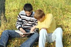 2 подростка с книгой Стоковые Изображения