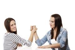 2 подростка wrestling рукоятки Стоковые Фото