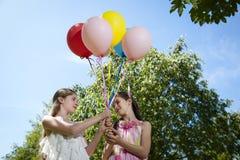 2 подруги с воздушными шарами Стоковая Фотография