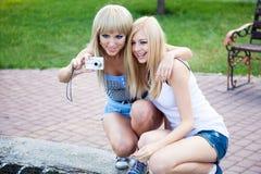 2 подруги с камерой фото Стоковое фото RF