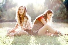 2 подружки напольной Стоковые Фото