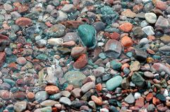 2 покрасили камни берега океана Стоковое фото RF