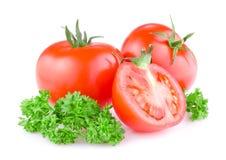 2 половина отрезанная томатами внутри и sprig петрушки Стоковое Изображение RF