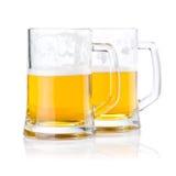 2 половинных стекла свежего пива с пеной   Стоковая Фотография RF