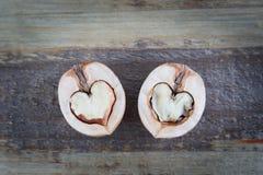 2 половины грецкого ореха выглядеть как сердце Стоковая Фотография RF