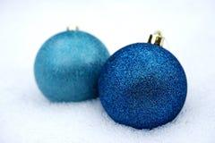 2 померанцовых Baubles в снежке Стоковые Фото