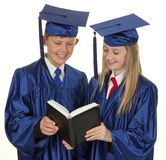 2 постдипломных дет читая книгу Стоковая Фотография RF