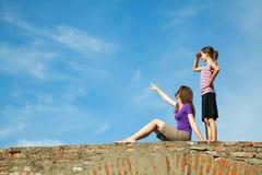 2 предназначенных для подростков девушки outdoors Стоковые Фотографии RF