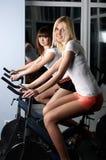 2 прелестно девушки в зале спортов Стоковое Фото