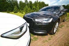 2 престижных автомобиля на природе Стоковые Фото