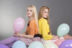 2 привлекательных девочка-подростка с цветастыми воздушными шарами Стоковая Фотография RF