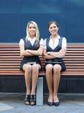 2 привлекательных женщины дела в официально одеждах Стоковые Фотографии RF
