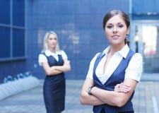 2 привлекательных женщины дела в официально одеждах Стоковые Изображения