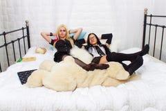 2 привлекательных школьницы в кровати Стоковое Изображение