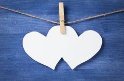 2 пустых белых сердца над деревянной стеной Стоковая Фотография