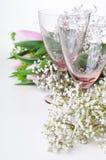 2 пустых стекла и цветка год сбора винограда Стоковое Изображение
