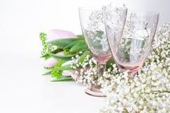 2 пустых стекла и цветка год сбора винограда Стоковые Фото