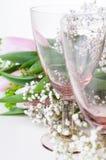 2 пустых стекла и цветка год сбора винограда Стоковые Изображения RF