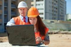 2 работы строителей на строительной площадке Стоковое фото RF