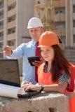 2 работы строителей на строительной площадке Стоковые Изображения RF
