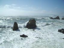 2 разбивая волны утесов Стоковые Фотографии RF