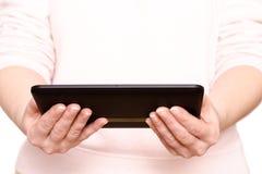 2 руки держат компьютер таблетки Стоковые Фото