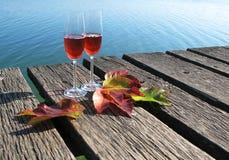 2 рюмки и листь осени Стоковые Изображения