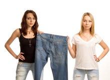 2 сексуальных друз представляя с парой джинсыов Стоковое Изображение