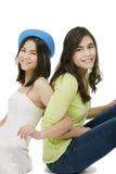 2 сестры сидя совместно, изолировано на белизне Стоковое фото RF