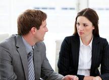 2 сконцентрированных бизнесмены говоря совместно стоковая фотография