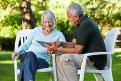 2 старших люд с ПК таблетки Стоковые Фотографии RF