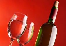 2 стекла и бутылки вина Стоковые Фотографии RF