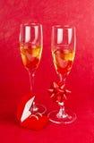 2 стекла с коробкой шампанского и ювелирных изделий на красном цвете Стоковые Изображения RF