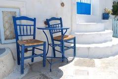 2 стула на улице в Pyrgos Santorini Стоковое Фото