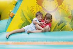 2 счастливых дет имея потеху на trampoline Стоковые Изображения RF