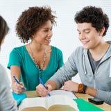 2 счастливых друз делая домашнюю работу Стоковое Изображение