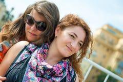 2 счастливых молодых красивейших женщины стоковая фотография rf
